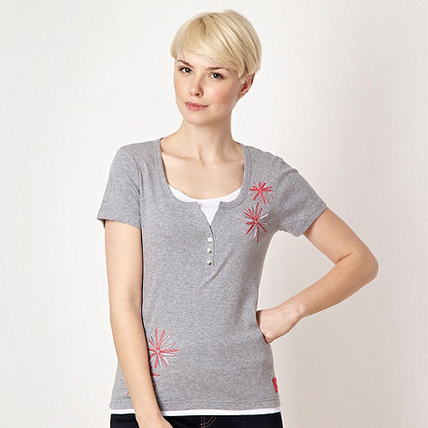 Maine New England - Grey embroidered mock-layer scoop neck t-shirt