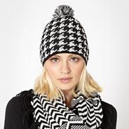 Black dogtooth knitted beanie hat