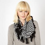 Black dogtooth knitted snood