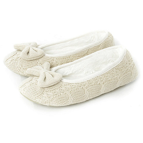 Totes - Oatmeal cable knit ballet slippers with knitted bow