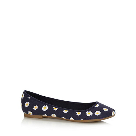 Mantaray - Navy daisy printed pumps