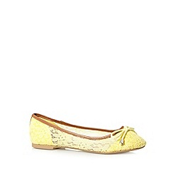 Mantaray - Yellow lace pumps