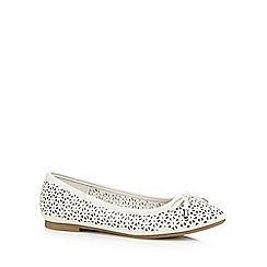 Mantaray - White square cut-out bow applique flat shoes