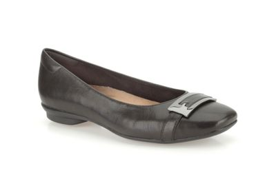 Clarks Black leather ´Candra Glare´ flat trimmed pump - . -