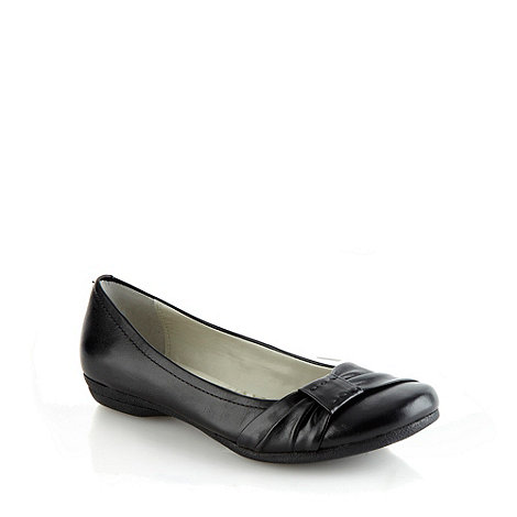 Clarks - Black +Discovery Bay+ leather low heel pumps