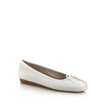 Clarks White stab stitched toe pumps - . -