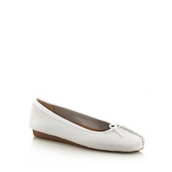 Clarks - White stab stitched toe pumps
