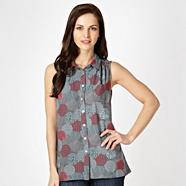 Dark grey sleeveless spotted shirt