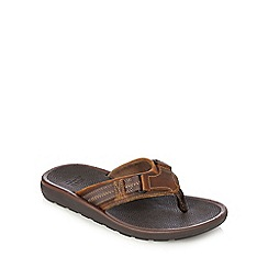 Clarks - Brown textured leather æKernickÆ flip flops