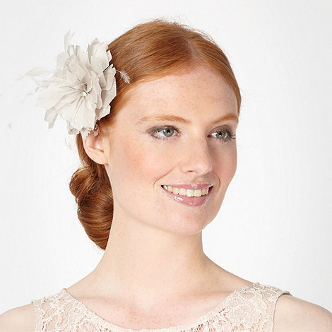 Debut - Light grey pointed feather corsage clip