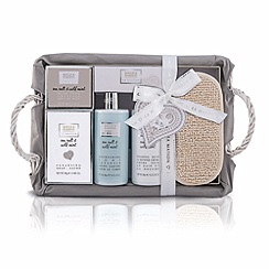 Baylis & Harding - La Maison Sea Salt and Wild Mint Luxury Christmas Hamper