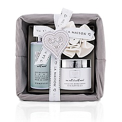 Baylis & Harding - La Maison Sea Salt and Wild Mint Luxury Gift Basket