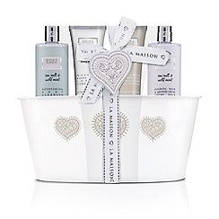 Baylis & Harding - La Maison Sea Salt and Wild Mint Tin of Treats gift set