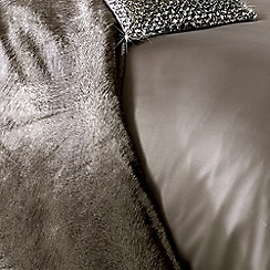 Kylie Minogue at home - Taupe faux fur throw