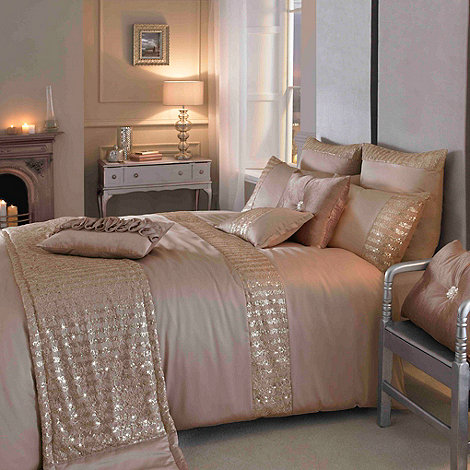 Kylie Minogue at home - Kylie Minogue Gold +Misha+ bed linen