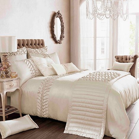Kylie Minogue at home - Kylie Minogue Cream +Felicity+ bed linen