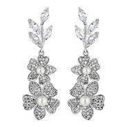 Alan Hannah Devoted Freya flower and pearl earrings