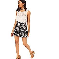 Miss Selfridge - Black floral short