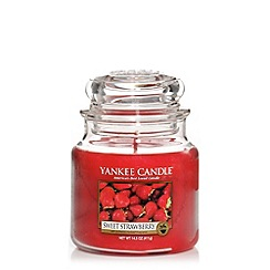 Yankee Candle - Medium Sweet Strawberry Housewarmer Candle