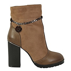 Betsy - Brown boots with charm