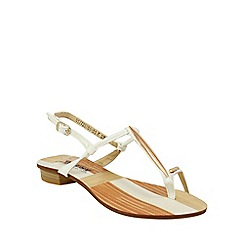 Betsy - White simple sandals with toe loop