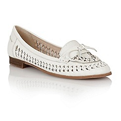 Lotus - Lotus white 'Megan' loafers