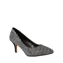 Lotus - Black 'Petra' pointed toe courts