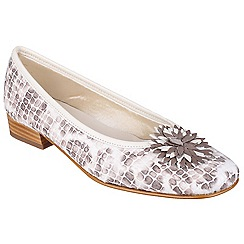 Riva - Beige 'La plaque' ballerina shoes