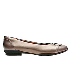 Clarks - Pewter leather 'neenah vine' pumps