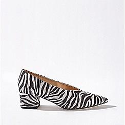 Miss Selfridge - Octavia white v-cut court shoes