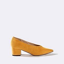 Miss Selfridge - Octavia yellow v-cut court shoes