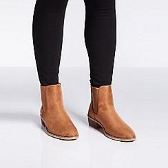 Quiz - Tan faux suede Chelsea ankle boots