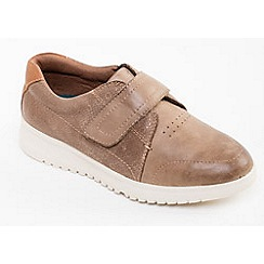 Padders - Taupe leather 'Release' wide fit shoes